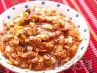 Зимна салата с от печени червени чушки, доматено пюре и праз лук